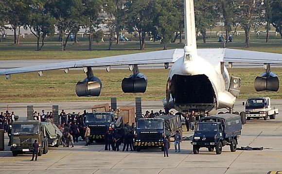 Tailando saugumo pareigūnai lėktuve aptiko daugiau nei 35 tonas ginklų.