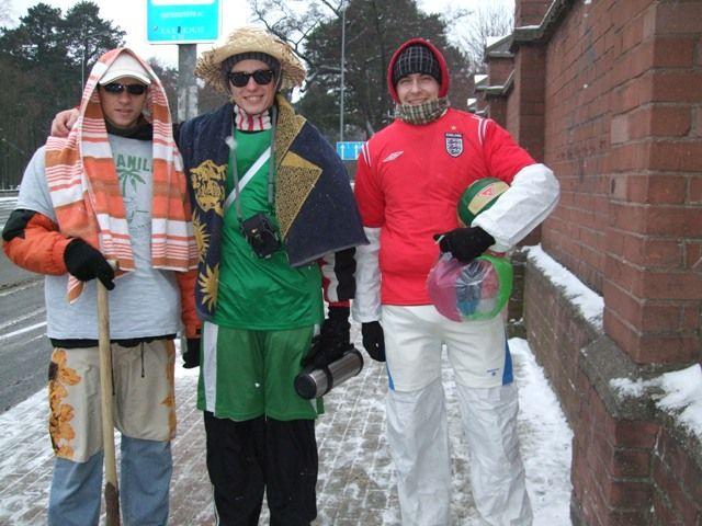 Studentai, nepaisydami šalčio, į pajūrį iškeliavo ieškoti vasariškų pramogų.