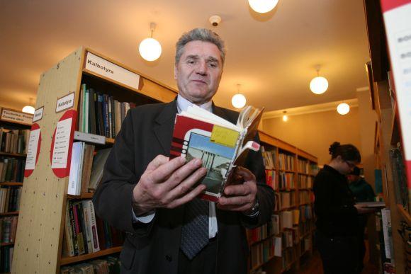 A.Mickevičiaus viešosios bibliotekos direktorius P.Zurlys prognozuoja, kad kitąmet dėl sumažinto finansavimo bus ne tik sunkiau įsigyti naujų leidinių, bet gali sutrumpėti ir bibliotekų darbo laikas.