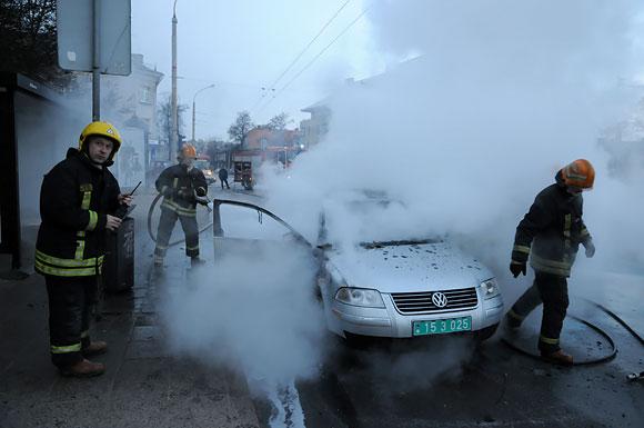 Ugniagesiai prie degančio automobilio
