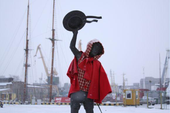 Kruizinių laivų terminalo personažas – berniukas – šventėms buvo aprengtas.
