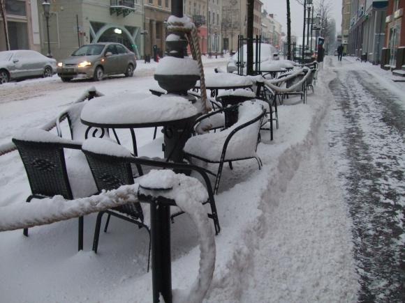 Sniegu nuklota lauko kavinė.