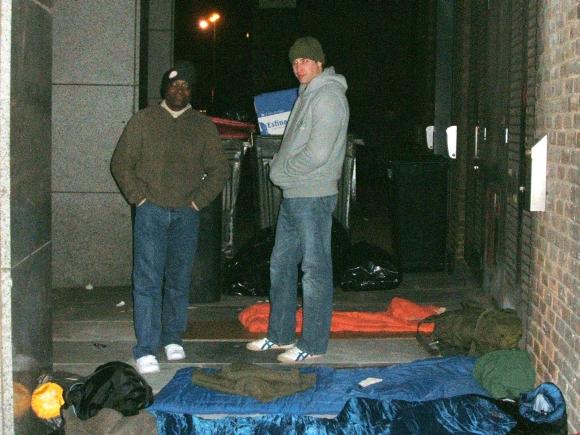 Princas Williamas (dešinėje) ir Seyi Obakinas prie savo nakvynės gultų gatvėje.