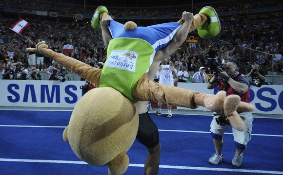 R.Hartingo triukas su pasaulio čempionato talismanu Berlyno Olimpiniame stadione