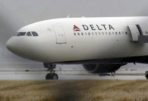 253-iojo reiso lėktuvas su 278 keleiviais sėkmingai nusileido Detroito oro uoste.