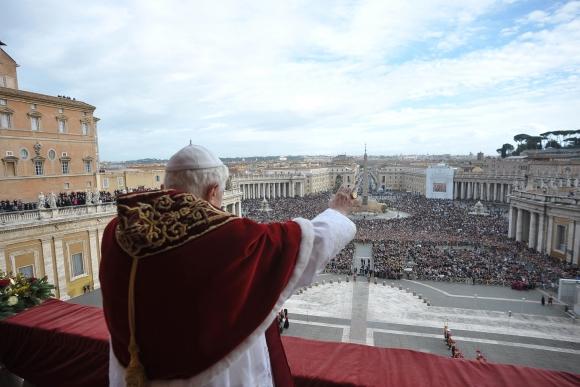 Popiežius Benediktas XVI laimina susirinkusiuosius Šv. Petro aikštėje.