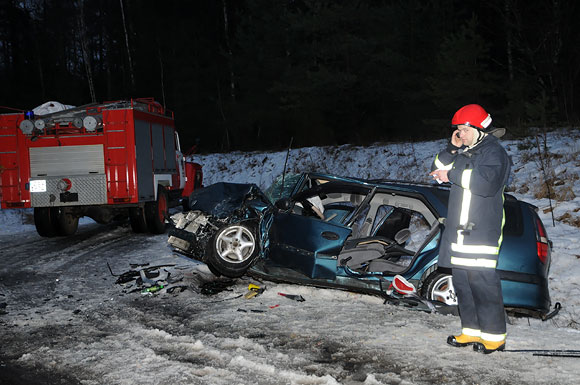 Ugniagesys prie sumaitoto automobilio