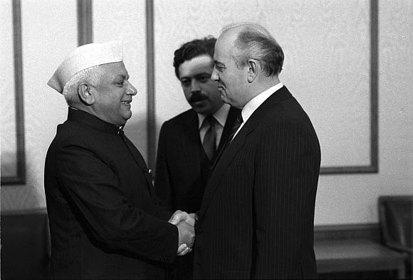 Tuometinis Indijos užsienio reikalų ministras Narayanas Duttas Tiwaris (kairėje) susitinka su Sovietų Sąjungos lyderiu Michailu Gorbačiovu Maskvoje.