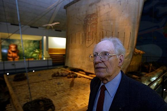 """Knutas Hauglandas garsiojo plausto """"Kon-Tikis"""", eksponuojamo muziejuje, fone."""