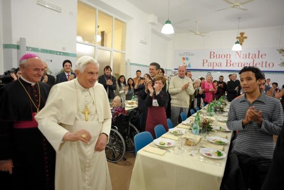 Popiežius apsilankė labdaros valgykloje vargingiesiems.