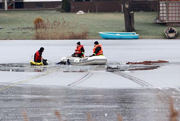 Ugniagesiai gelbėtojai Ančios ežere ieško nuskendusių vaikų kūnų