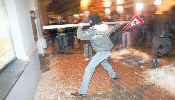 Latvijoje metai baigiasi taip pat, kaip ir prasidėjo – nepatenkintų žmonių protestais prieš vyriausybės veiksmus reaguojant į krizę.