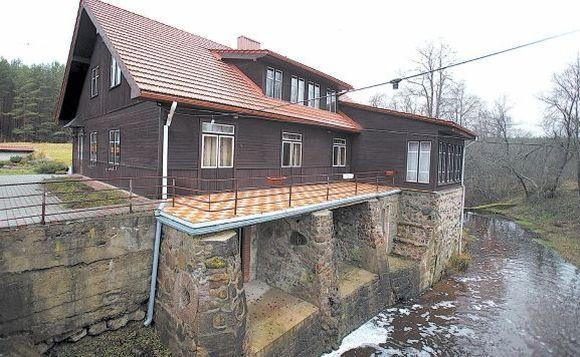 Gamernės vienkiemyje prie Bezdonės upelio stovėjęs Jogailos laikų senas malūnas – Bezdonių dvaro dalis. Dabar senasis malūnas nebeveikia, bet jo pastatas restauruotas.