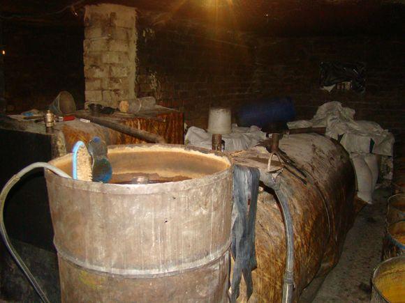 Per operaciją Plungės rajone, Grumblių kaime, rasta apie 18 tonų raugo ir per pusę tonos jau pagamintos naminės degtinės.