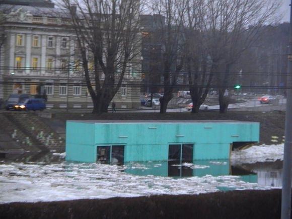 """Neries vanduo ir ledai smarkiai apgadino kultūros platformą """"KultFlux""""."""