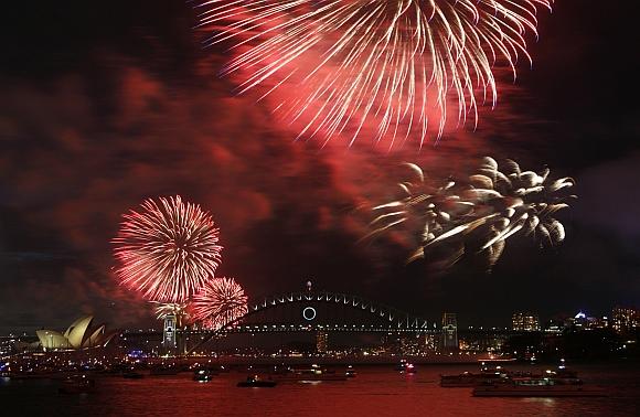 """Australijoje, Sidnėjuje, naujametiniai fejerverkai pradėti šaudyti 21 val. vietos (12 val. Lietuvos) laiku. Australai taip nusprendė """"pažadinti miesto dvasią""""."""