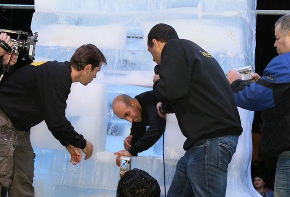 Hezi Deanas įkalino save specialiai sukonstruotame skaidraus ledo kube Tel Avive.