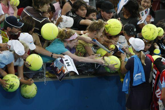 Į profesionalius teniso kortus sugrįžusi J.Henin sulaukė išskirtiniio gerbėjų dėmesio