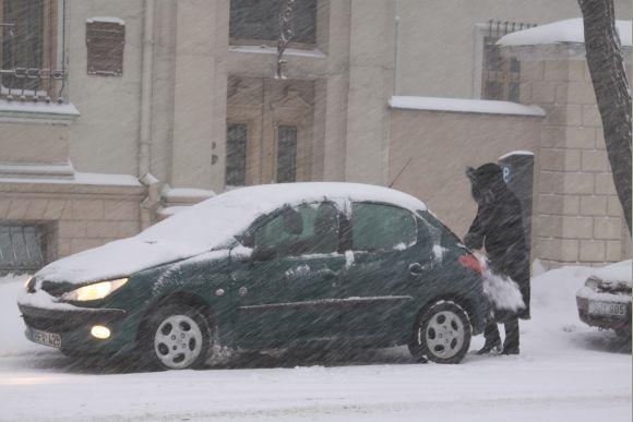 Net ir trumpam paliktus automobilius tuoj pat padengia sniegas.