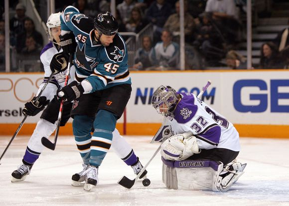 """J.Quickas (dešinėje) """"Sharks"""" ledo ritulininkams tapo beveik neįveikiama siena"""