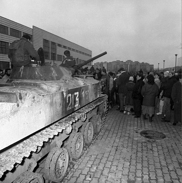 Sovietų kariai prie užgrobtų Spaudos rūmų Vilniuje (1991 m. sausio 11 d.)