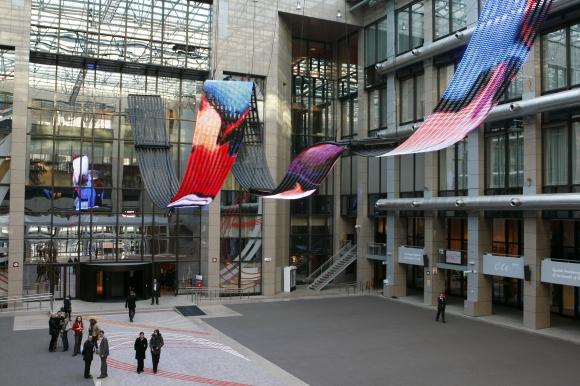 Ispanija pristatė Danielio Canogaro sukurtą vaizdo instaliaciją – palubėje pakabintą daugiau nei 30 metrų ilgio kilpos formos šviesos diodų ekraną, kuriame matomi einantys ar šliaužiantys žmonės, nufilmuoti iš viršaus.