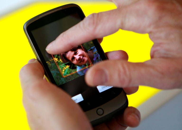 """""""Google"""" pristatytas telefonas """"Nexus One"""" laikomas """"iPhone"""" konkurentu."""