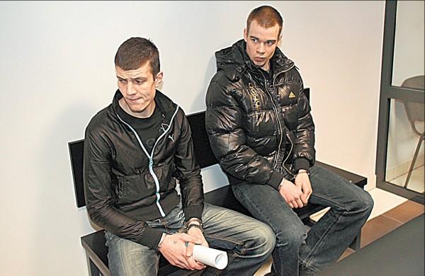 K.Viršutis (kairėje), kurio artimieji teisme nepasirodė, elgėsi įžūliai, O.Vedegys, matydamas susigūžusią savo motiną, buvo santūresnis.