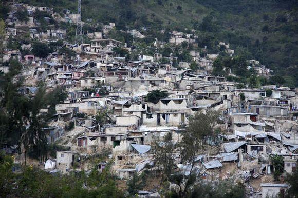 Sugiauti namai po žemės drebėjimo.