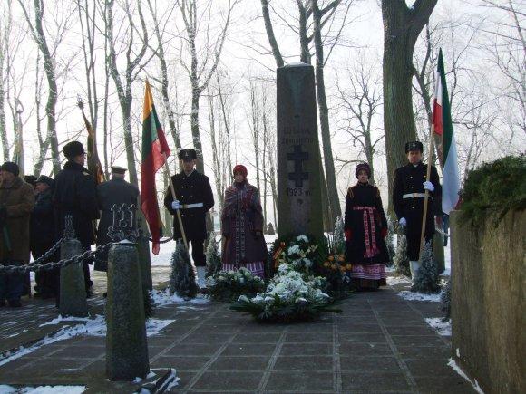 G.Kubiliūtės nuotr./Prie paminklo susirinkusieji neaė gėlių.