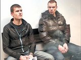 LŽ nuotr./Per paskutinį žodį K.Viršutis (kairėje) tikino aukos motina,  kad ir jam dabar nelengva, o O.Vedegys po prokuroro pasiūlytos bausmės valūkiškai susimirksėjos su salėje sėdinčiais draugais.