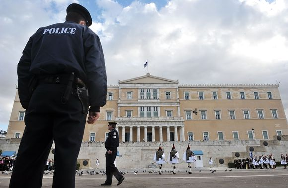 Iš ekonominės duobės stipriai diržus susiveržę graikai kops mokėdami dar didesnius mokesčius.