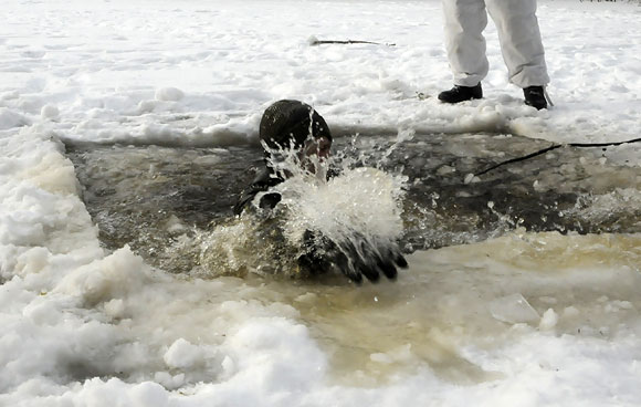 Karys išnyra iš vandens