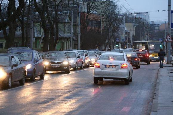 Juliaus Kalinsko/15 minučių nuotr./Ledas, slidi asfalto danga