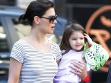 """""""15min"""" nuotr./Katie Holmes su dukra Suri"""
