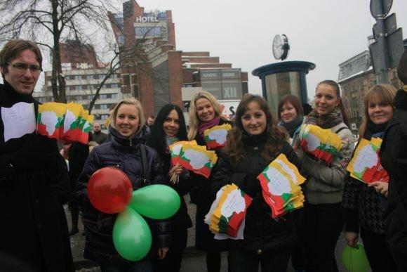 J.Andriejauskaitės nuotr./Socialinių mokslų kolegijos studentai pagamino apie 700 vėliavėlių.