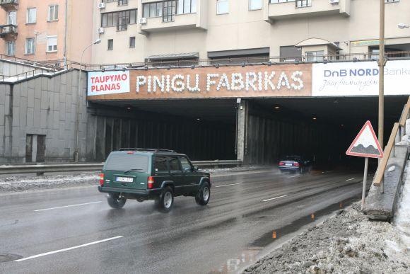 Sekmadienį tunelyje elektrikams pavyko atgaivinti tik pusę apšvietimo.