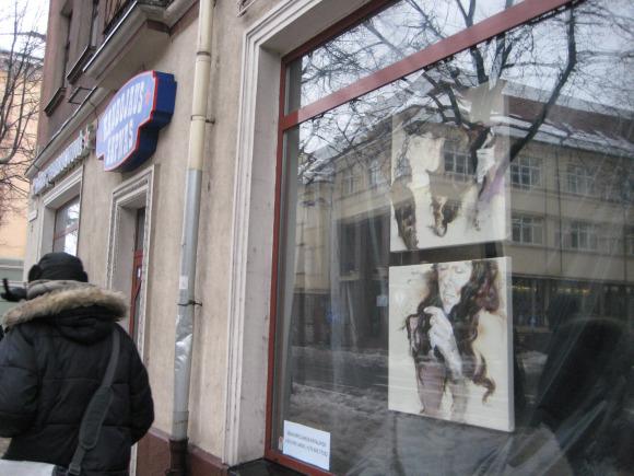Ištuštėjusių parduotuvių languose klaipėdiečiai jau gali apžiūrėti meno kūrinius.