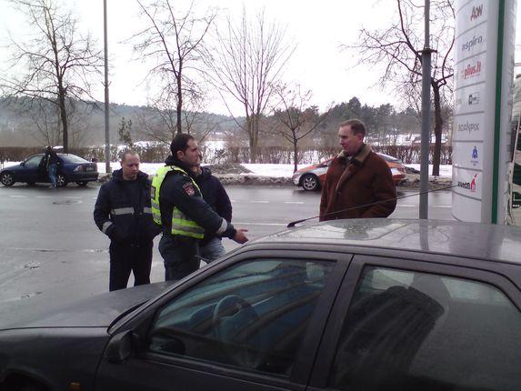 Sauliaus Chadasevičiaus/15min.lt nuotr./Pareigūnas bandė verslo centro atstovą įtikinti, jog vairuotojas nepažeidė taisyklių.