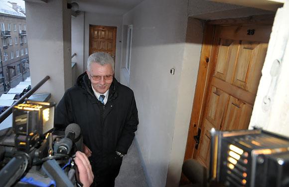 Algimantas Salamakinas prie apvogto buto Seimo viešbutyje durų