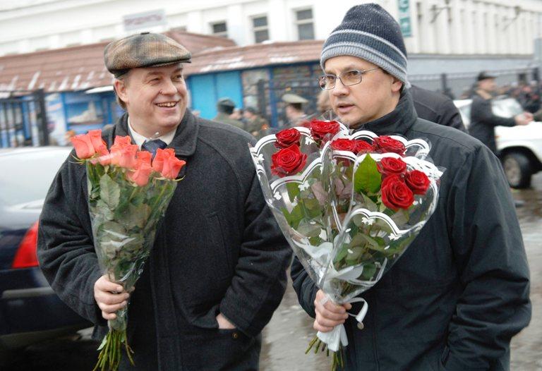 Vyrai Tarptautinės moters dienos progą sveikina moteris dovanodami gėlių.