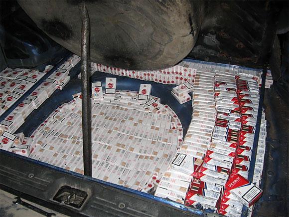Kontrabandinės cigaretės ant bėgių pakibusiame automobilyje