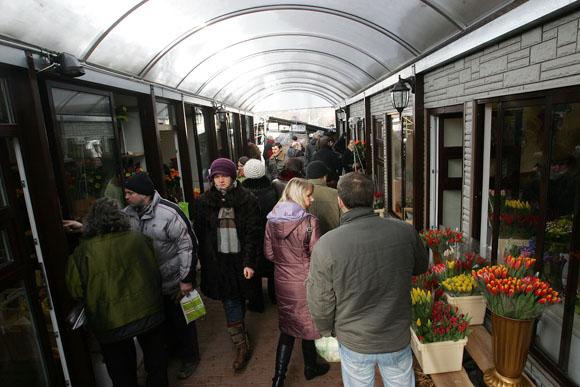 Kovo 8-ąją stoties turgus buvo pilnas vyrų, daugiausia pirkusių tulpes