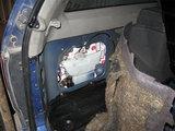 VSAT nuotr./Kontrabandinės cigaretės ant bėgių pakibusiame automobilyje