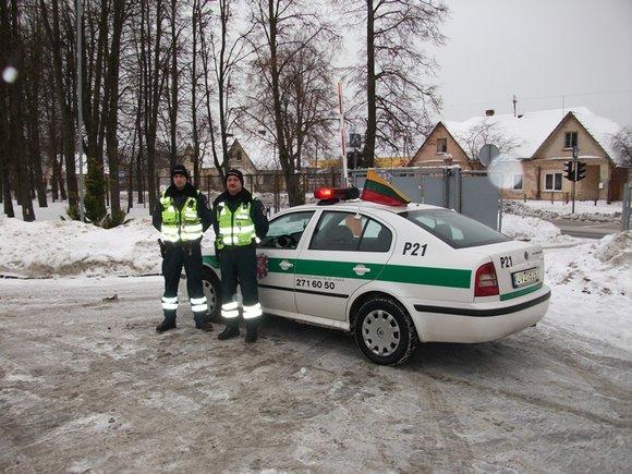 Policijos departamento nuotr./Tarnybiniai policijos automobiliai pasipuoa vėliavėlėmis.