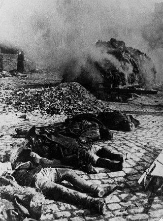 """""""Scanpix"""" nuotr./Po bombardavimo Drezdeno gatvėse guli žuvusiųjų kūnai."""