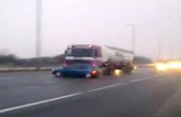 Vilkikas lengvąjį automobilį stumė 60 mylių per valandą greičiu.
