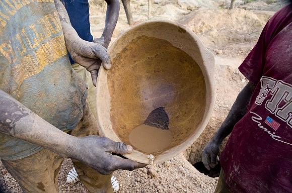 Siera Leonės kalnakasiai dirba su primityviais įrankiais.