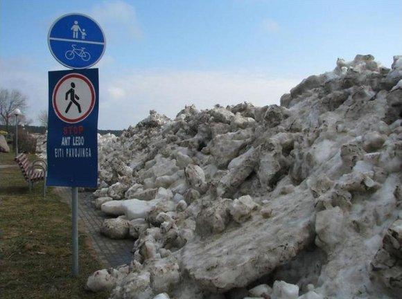 Ledų sangrūdos Neringoje pasiekė aaligatvius, gyventojų kiemus.
