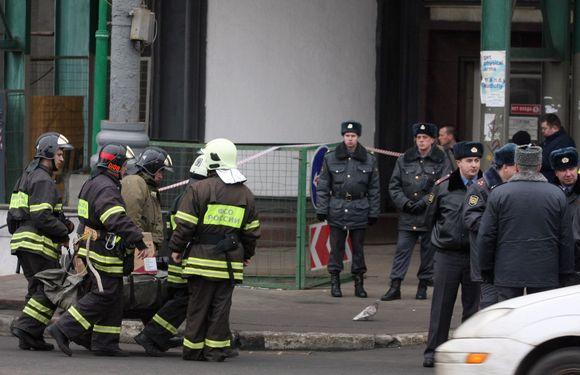 Gaisrininkai prie metro įėjimo, kur nugriaudėjo sprogimas